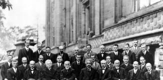 Alcuni dei più importanti fisici di inizio Novecento impegnati nella conferenza di Solvay
