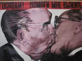 Il bacio tra Brežnev e Honecker sul Muro di Berlino