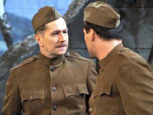 Gary Oldman interpreta un attore molto attento alla dizione in Friends