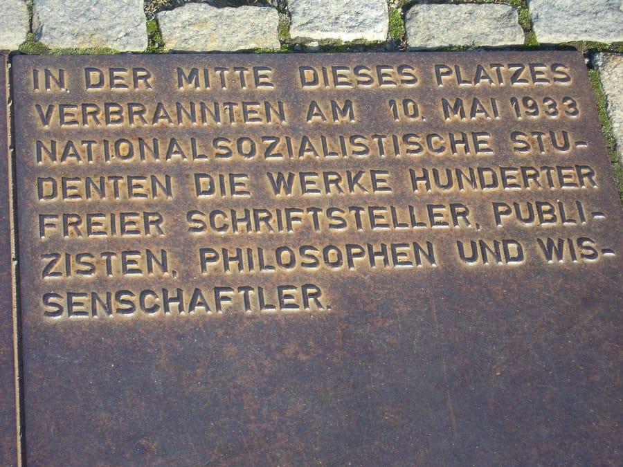 La targa a Bebelplatz a Berlino