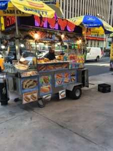 Un baracchino per la vendita di hot dog a New York