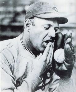 Burleigh Grimes, lanciatore degli anni '10, mentre passa la saliva sulla palla