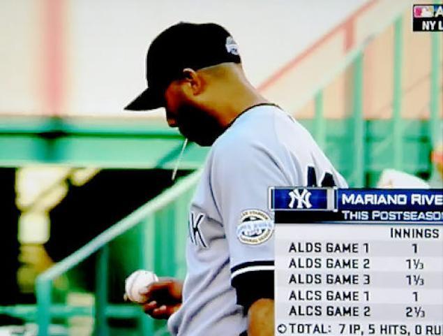 Mariano Rivera, colto dalle telecamere mentre sputa sulla palla