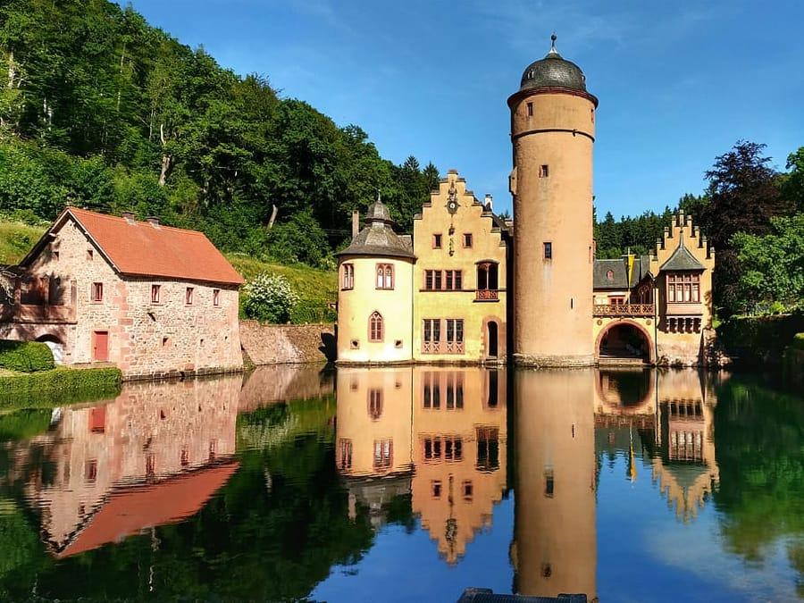 Il castello di Mespelbrunn in Germania