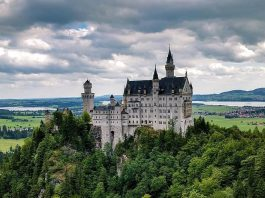 Il celebre castello di Neuschwanstein in Germania