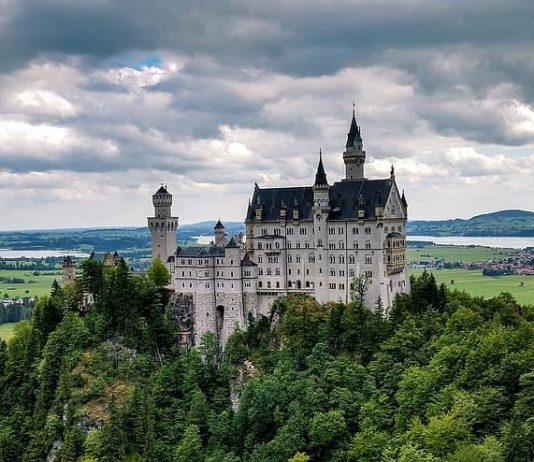 Il celebre castello di Neuschwanstein in Germania