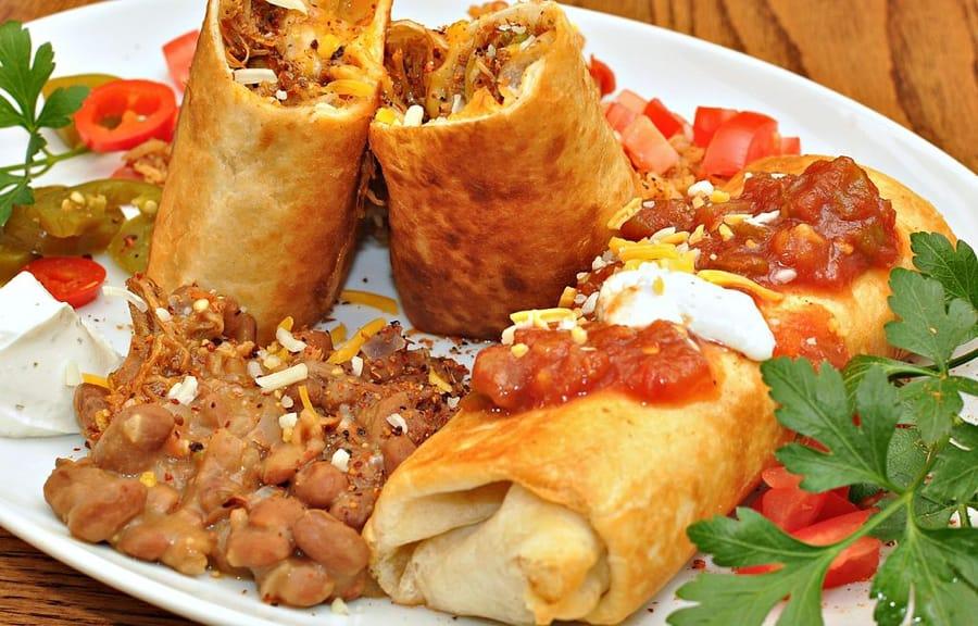 Un piatto di chimichangas (foto di jeffreyw via Flickr)