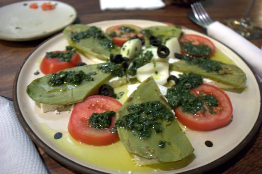 Un'insalata di nopales in Messico (Foto di scaredykat via Flickr)