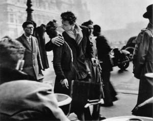 Le baiser de l'hôtel de ville, una delle più belle foto di baci realizzata da Robert Doisneau