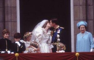 Il bacio tra Carlo e Diana, immortalato da Anwar Hussein