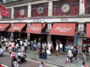 L'ingresso di Hamleys a Londra (foto di David Holt via Flickr)