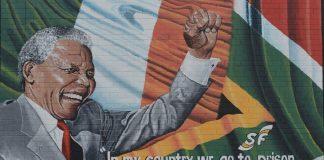 Un murales dedicato alle lotte e alla vita di Nelson Mandela a Belfast