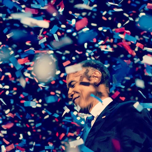 Barack Obama – uno dei politici da seguire su Instagram – nel momento della rielezione