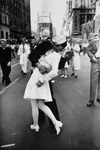 V-J Day in Times Square, forse il più famoso bacio della storia della fotografia