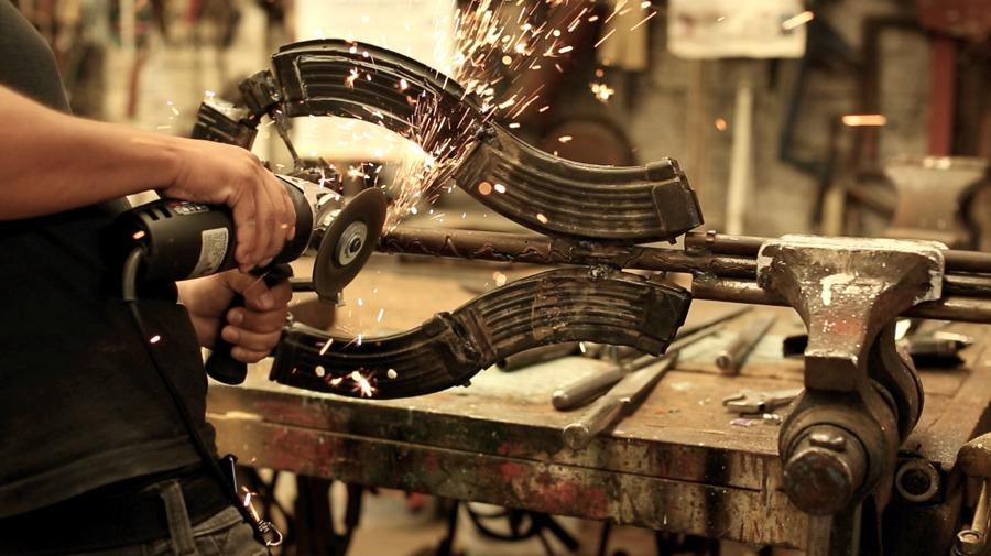 Pedro Reyes al lavoro su una delle sue creazioni (foto dal blog dell'artista)