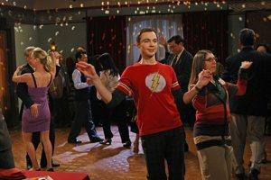 Sheldon Cooper con una delle sue tante magliette col logo di Flash