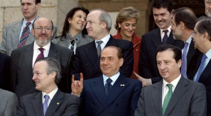 Le corna di Silvio Berlusconi, una delle gaffe più famose mai fatte da un politico italiano