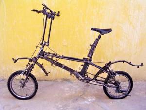 Una bicicletta ricavata dalle armi