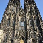 La facciata del Duomo di Colonia (foto di Tobi 87 via Wikimedia Commons)