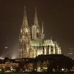 La Cattedrale di Colonia di notte (foto di Robert Breuer via Wikimedia Commons)