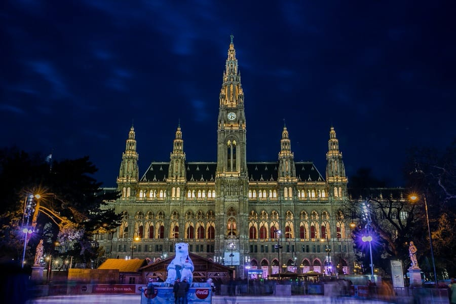 Il Municipio di Vienna in notturna