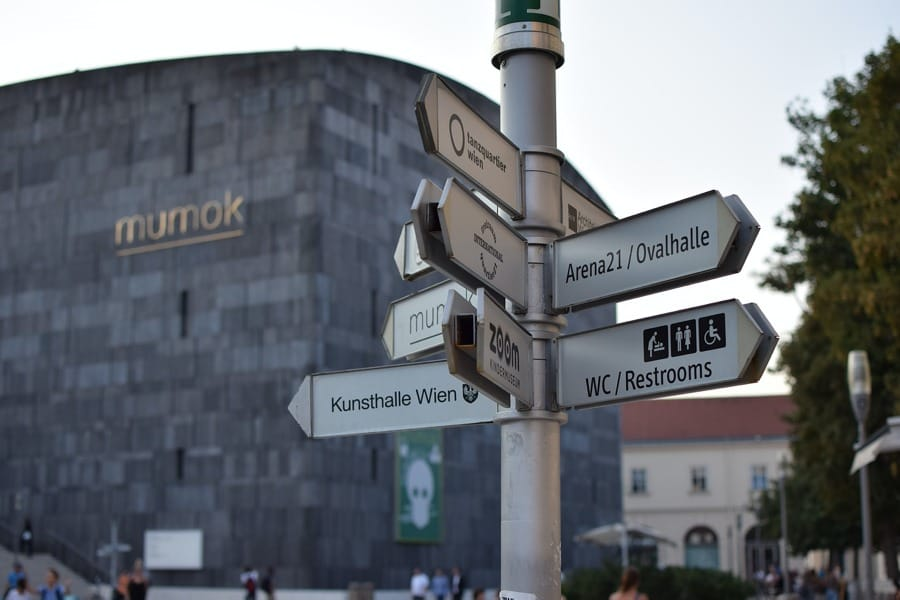 Varie indicazioni al MuseumsQuartier di Vienna