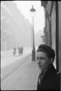 Simone de Beauvoir ritratta da Henri Cartier-Bresson
