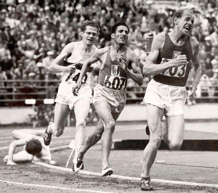 La gara dei 500 metri a Helsinki, con Emil Zátopek davanti a tutti