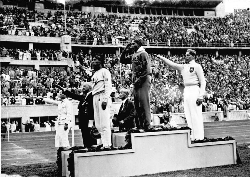 Jesse Owens premiato con l'oro per il salto in lungo alle Olimpiadi di Berlino 1936