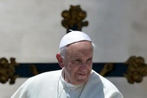 Papa Francesco davanti alla croce
