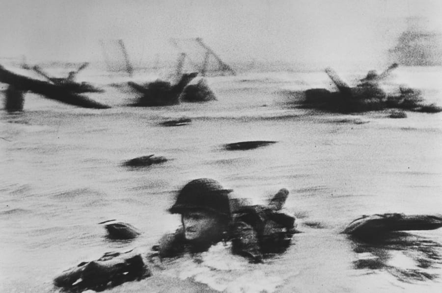 US troops' first assault on Omaha Beach during the D-Day landings di Robert Capa