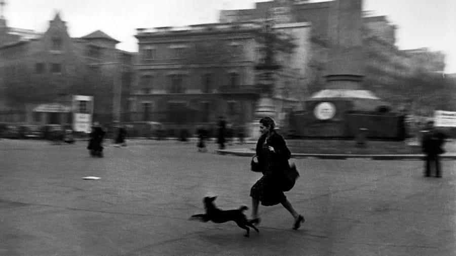 Running for shelter during the air raid alarm di Robert Capa