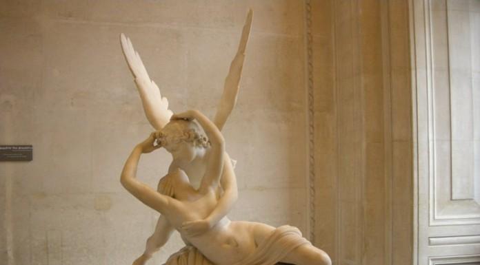 Il bacio tra Amore e Psiche di Antonio Canova, uno dei più famosi della storia dell'arte (foto di sailko via Wikimedia Commons)