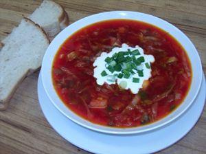 Il borsch, la famosa zuppa di barbabietola dell'est