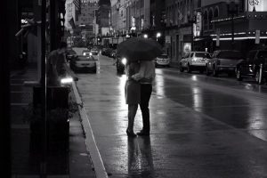 L'amore sotto la pioggia (foto di Will Fisher via Flickr)