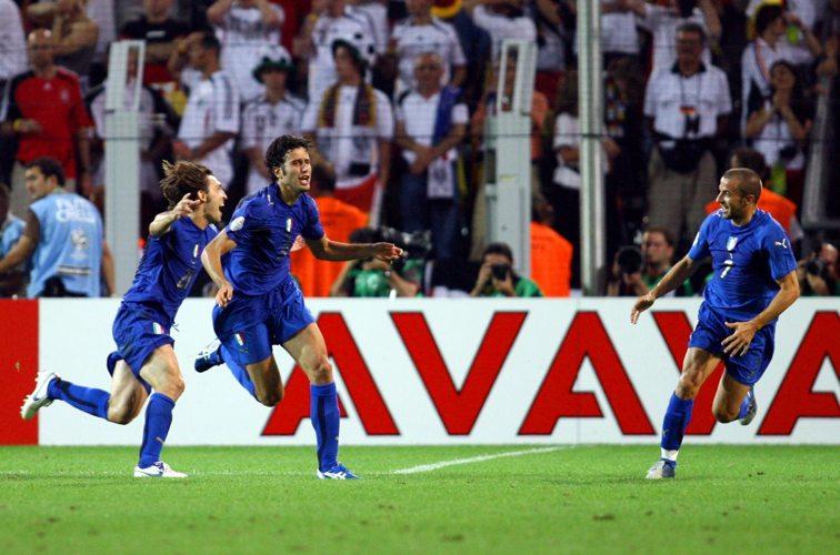 Fabio Grosso dopo il gol segnato alla Germania nel 2006, in una delle partite più memorabili dell'Italia ai Mondiali