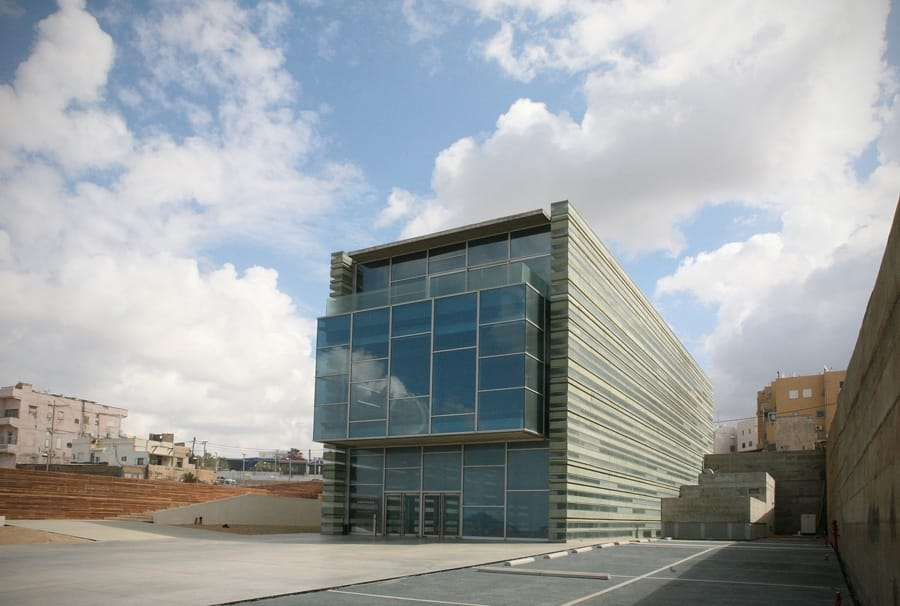 Il Centro Peres di Jaffa, disegnato da Massimiliano Fuksas (foto di Roi Boshi via Wikimedia)