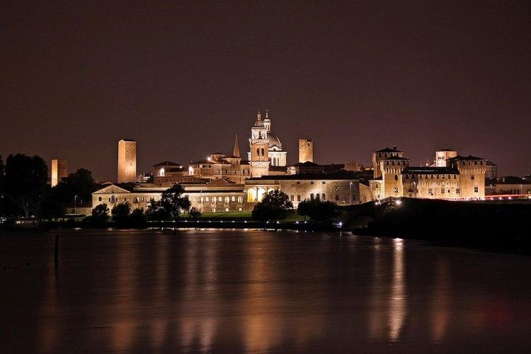 Una bella panoramica notturna su Mantova, città da visitare nel nord Italia