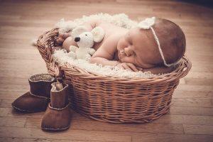 Neonato nella cesta