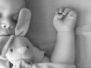 La manina di un bambino che dorme