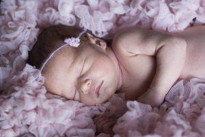 Una piccola bambina che dorme