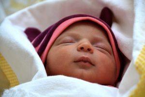 Un neonato che dorme beato
