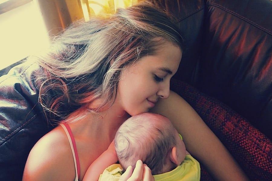 Un neonato con la sua mamma