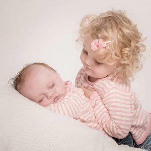 Un neonato con la sorellina
