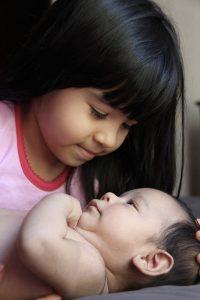Un neonato e la sua sorellina
