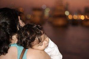 Dormire sulla spalla della mamma
