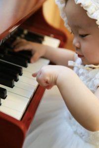 Una bambina alla pianola