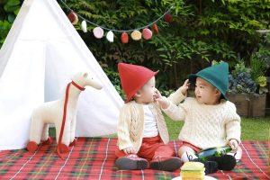 Due bambini vestiti da montanari che giocano tra loro