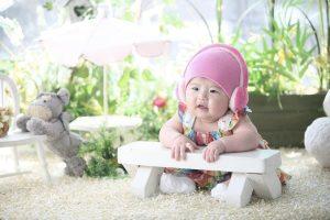 Una bambina piccola col cappellino rosa