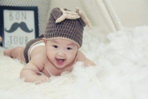 Un bel neonato che se la ride